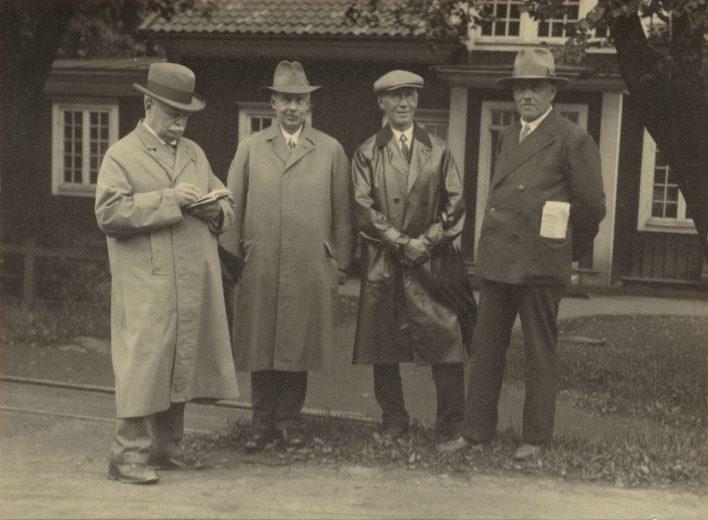 Carl Sahlins och Torsten Althins på besök vid Boxholms Bruk 1932. Från vänster, Carl Sahlin, Disponent Elis Wettergren, Ingenjör Erik Dahberg och Spikverkmästare Rupert Isaksson. Fotograf Torsten Althin.